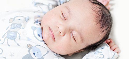 Comment prévenir la tête plate chez le nouveau né